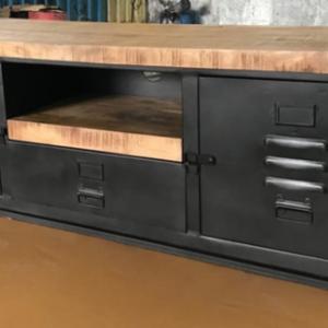 Een prachtig tv meubel gecombineerd met mangohout en staal